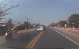 Toát mồ hôi với màn ô tô tránh xe máy tại Việt Nam