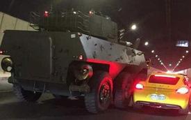 Xe sang Porsche Cayman va chạm với pháo tự hành chống tăng PTL-02