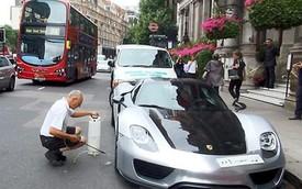 Thuê người rửa siêu xe trên phố, ông chủ Ả-Rập khiến giao thông hỗn loạn