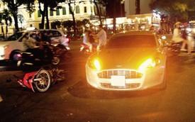 """Sài Gòn: Va chạm với xe máy, """"nữ hoàng"""" Aston Martin Rapide vỡ đèn"""