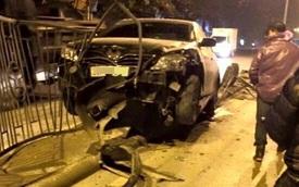 Hà Nội: Toyota Camry đâm bung rào phân cách giữa đêm khuya
