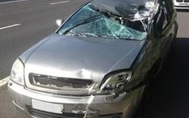 Người đàn ông lái chiếc ô tô nát bét vì tai nạn ở 145 km/h