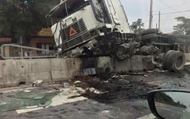 Thanh Hóa: Xe container nằm chênh vênh trên dải phân cách