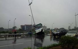 Hà Nội: Va chạm với ô tô tải, xe đưa đón nhân viên nằm gác lên cột đèn