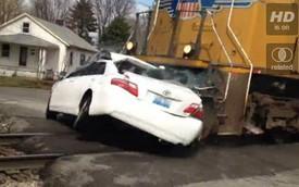 Tàu hỏa đâm ngang Toyota Camry, 4 người thương vong