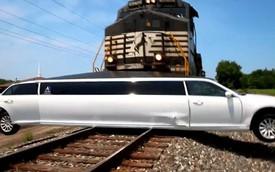 """Xe limousine Chrysler 300 """"dài ngoằng"""" bị tàu hỏa đâm ngang sườn"""