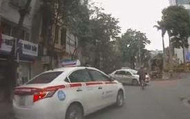 Chạy đua tranh khách, taxi suýt đâm vào cụ già