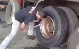 Choáng với màn thay lốp ô tô tải trong vòng chưa đến 2 phút