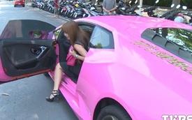 """Thiếu phụ xinh đẹp lái Lamborghini Huracan màu hồng """"gây bão"""""""
