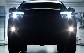 """""""Sốt xình xịch"""" với những hình ảnh úp mở của Toyota Hilux 2016"""