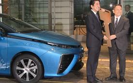 Thủ tướng Nhật Bản nhận xe thải ra nước Toyota Mirai đầu tiên