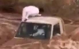 Hai tay chơi Ả-Rập liều mình vượt sông bằng xe bán tải