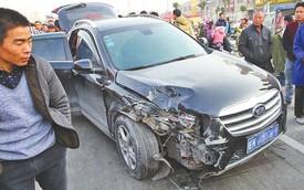 Xe buôn lậu chó gây tai nạn rồi bỏ trốn, bị người dân chặn lại