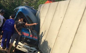 Lạng Sơn: Va chạm trực diện, xe container đè bẹp ô tô khách
