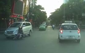 Hà Nội: Vượt đèn đỏ, người phụ nữ đi xe đạp điện tông vào Toyota Innova