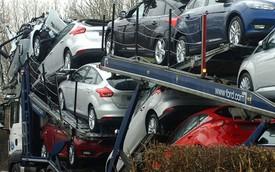 """Thứ 6 ngày 13: Hàng chục xe Ford """"đập hộp"""" bị phá hỏng dưới gầm cầu"""