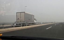 Xe tải chạy ngược chiều ở 100 km/h trên cầu Nhật Tân