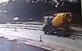 Bị xe trộn xi măng lùi trúng, một phụ nữ tử vong