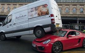 Porsche Cayman bị xe van trèo lên đầu, bung hết túi khí