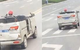 """Thanh niên đội mũ bảo hộ, lái xe van """"mui trần"""" trên phố"""