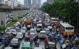 Đường phố Hà Nội ách tắc trong mưa lớn