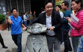 Người dân chung cư Xa La mừng rỡ nhận lại xe máy phủ đầy bụi bẩn sau vụ cháy