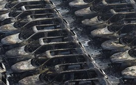 Chùm ảnh: Hàng ngàn xe ô tô mới tinh bị thiêu rụi trong vụ cháy nổ kinh hoàng