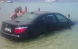 """Tài xế nhầm chân ga, BMW E60 """"tắm biển"""""""