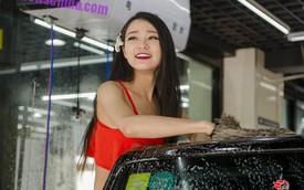 Hot girl khai trương cửa hàng rửa xe sexy