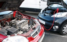 """Cách """"câu"""" ắc-quy khi xe bị hết điện giữa đường"""