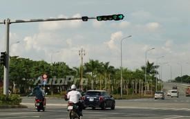Đèn giao thông nguy hiểm tại nút giao Nguyễn Văn Linh - Nguyễn Lương Bằng