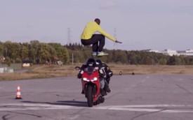Thót tim với màn nhảy qua hai siêu môtô ở vận tốc 110km/h