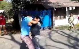 Mâu thuẫn giao thông, 2 phụ nữ đánh nhau giữa đường
