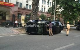 Hà Nội: Quay đầu lên vỉa hè, Honda Accord lật nghiêng