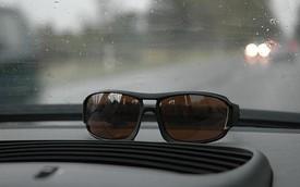 Thực hư chuyện đeo kính râm khi lái xe trời mưa sẽ nhìn tốt hơn