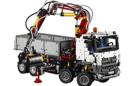 Xe tải Mercedes-Benz Arocs 3245 ra đời từ 2.793 mảnh ghép Lego