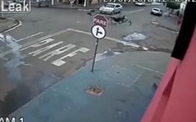 Quái xế rơi khỏi xe khi bốc đầu qua ngã tư