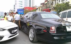 Hà Nội: Rolls Royce Phantom Rồng bị Mazda3 đâm ngang thân