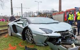 """""""Hạ gục"""" cột đèn, siêu xe Lamborghini Aventador Roadster """"nát mũi"""""""