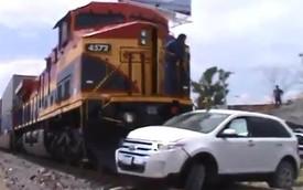 Cố vượt đường tàu, Ford Edge bị đẩy đi hơn trăm mét