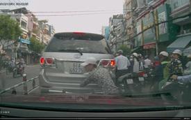 Mất 6 giây, kẻ trộm ngang nhiên cậy logo xe giữa đường phố Sài Gòn