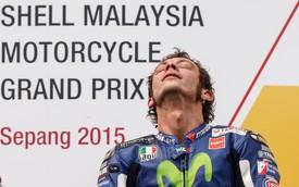 """Valentino Rossi: Cú """"ra chân"""" đang làm cả giới mê đua xe rúng động"""