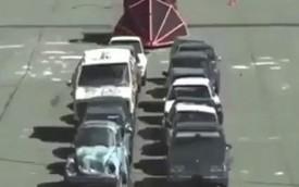 Ô tô dọn đường hất văng 16 xe hơi cùng một lúc