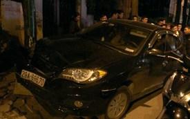 """""""Xe điên"""" tông hàng loạt xe máy, ba người bị thương nặng"""
