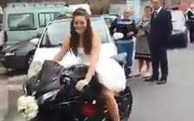 """Cô dâu chú rể """"cưỡi"""" hai chiếc xe PKL đến đám cưới"""