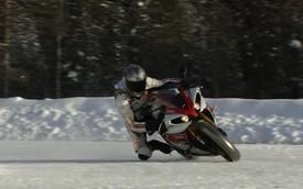 Yamaha YZF-R1 đánh bại Porsche GT3 RS trên đường tuyết