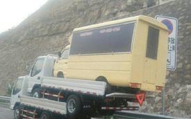 Trung Quốc: Tài xế cùng lúc lái 3 xe tải ngông nghênh di chuyển trên đường