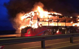 Xe khách cháy trơ khung giữa quốc lộ, hàng chục hành khách hoảng loạn tháo chạy
