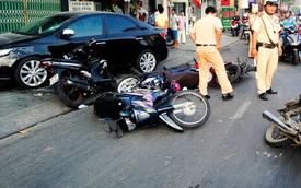 """TP. HCM: Ô tô """"điên"""" tông và kéo lê hàng loạt xe máy trên đường, nhiều người bị thương"""