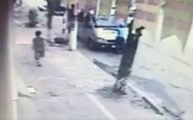 Hà Nội: Thanh tra giao thông bị hất lên nắp capô, đánh đu trên cần gạt nước xe khách